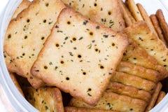 Plantaardige crackers in plastic doos Stock Fotografie