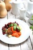 Plantaardige die koteletten met tomatensaus op bollen op gnocchi, geroosterde bietensalade worden gediend stock afbeelding