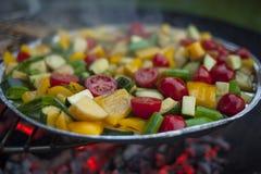 Plantaardige die mengeling op een grill wordt voorbereid stock foto