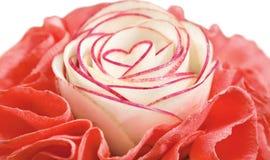 Plantaardige die salade met hart-vormige radijs wordt verfraaid Royalty-vrije Stock Foto
