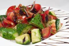 Plantaardige die salade in plaat met balsemieke saus wordt verfraaid Stock Fotografie