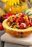 Plantaardige die salade in pompoen wordt gediend Royalty-vrije Stock Afbeeldingen