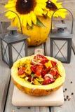 Plantaardige die salade in pompoen wordt gediend Stock Afbeeldingen