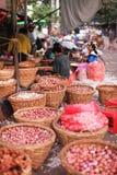 Plantaardige markt met bacskets van uien in Yangon Stock Foto