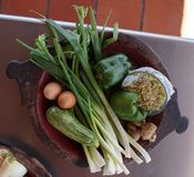 Plantaardige mengeling en eieren in kleischotel Stock Foto's