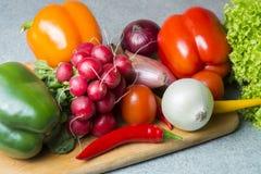 Plantaardige mengeling op de keukenraad Vegetarisch voedsel stock foto