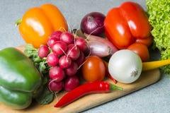 Plantaardige mengeling op de keukenraad Vegetarisch voedsel stock foto's