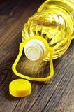 Plantaardige olie in plastic fles Stock Foto's