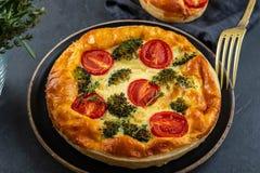 Plantaardige pastei met broccoli, tomaten op het lijstclose-up De ruimte van het exemplaar stock foto's