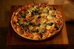 Plantaardige pizza met spinazie en mozarellakaas op een houten achtergrond Stock Foto