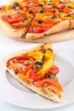 Plantaardige pizzaplak, pizza bij de rug Stock Afbeelding