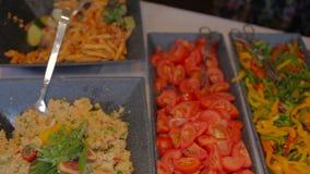 Plantaardige plakken, tomaten, paprika Dichte omhooggaand met selectieve nadruk stock videobeelden