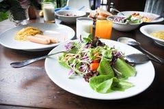 Plantaardige salade in de reeks van het ochtendontbijt Stock Afbeelding