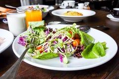 Plantaardige salade in de reeks van het ochtendontbijt Stock Foto