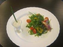 Plantaardige salade en saus in een glas Royalty-vrije Stock Fotografie