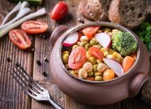 Plantaardige salade in glaskom met broccoli en tomaten op dark Stock Afbeeldingen