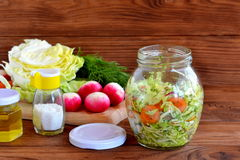 Plantaardige salade in glaskruik Stock Foto's