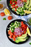 Plantaardige salade met avocado en mosterdsaus Royalty-vrije Stock Foto's