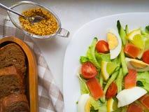 Plantaardige Salade met Breadon een witte plaat, met brood op een diepe raad gezond voedsel, groen ontbijt royalty-vrije stock fotografie