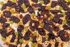 Plantaardige salade met gedroogde pruimen en noten Royalty-vrije Stock Foto