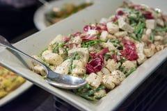 Plantaardige salade met lepel op schotel Stock Fotografie