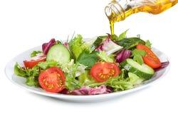 Plantaardige salade met olijfolie stock foto's