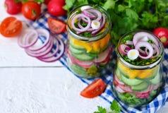 Plantaardige salade met spinazie en rode uien in een glas Stock Foto's