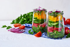 Plantaardige salade met spinazie en rode uien in een glaskruik Royalty-vrije Stock Afbeelding