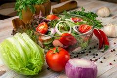 Plantaardige salade op een houten achtergrond stock fotografie