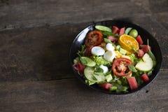 Plantaardige salade op een zwart van het het verliesconcept van het plaatgewicht Gezond voedsel royalty-vrije stock fotografie