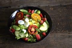 Plantaardige salade op een zwart van het het verliesconcept van het plaatgewicht Gezond voedsel stock foto