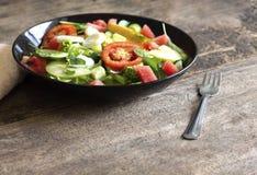 Plantaardige salade op een zwart van het het verliesconcept van het plaatgewicht Gezond voedsel royalty-vrije stock foto's