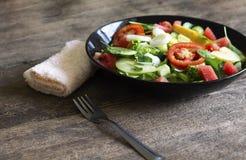 Plantaardige salade op een zwart van het het verliesconcept van het plaatgewicht Gezond voedsel stock afbeeldingen