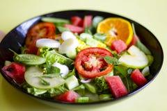 Plantaardige salade op een zwart van het het verliesconcept van het plaatgewicht Gezond voedsel royalty-vrije stock afbeeldingen