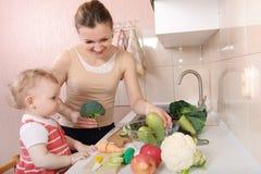 Plantaardige saladevoorbereiding Stock Foto's