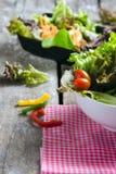 Plantaardige saladevoorbereiding op houten raadsachtergrond Royalty-vrije Stock Foto