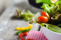 Plantaardige saladevoorbereiding op houten raadsachtergrond Royalty-vrije Stock Afbeelding