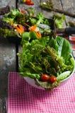 Plantaardige saladevoorbereiding op houten raadsachtergrond Stock Foto's