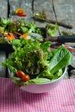 Plantaardige saladevoorbereiding op houten raadsachtergrond Stock Afbeelding
