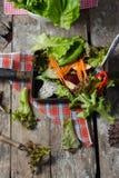 Plantaardige saladevoorbereiding op houten raadsachtergrond Stock Foto