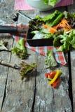 Plantaardige saladevoorbereiding op houten raadsachtergrond Royalty-vrije Stock Afbeeldingen