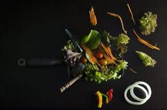 Plantaardige saladevoorbereiding op zwarte achtergrond Royalty-vrije Stock Afbeeldingen