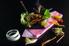 Plantaardige saladevoorbereiding op zwarte achtergrond Royalty-vrije Stock Foto