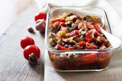Plantaardige sauté met aubergine, rode groene paprika's en tomaten stock foto's