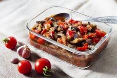 Plantaardige sauté met aubergine, rode groene paprika's en tomaten royalty-vrije stock foto's