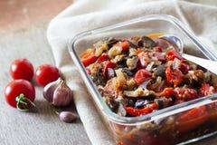 Plantaardige sauté met aubergine, rode groene paprika's en tomaten royalty-vrije stock afbeeldingen