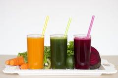 Plantaardige smoothies detox - Wortel, biet en groene salade Royalty-vrije Stock Afbeeldingen