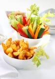 Plantaardige snack en wiggen met onderdompeling Stock Fotografie