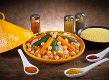 Plantaardige tagine met couscous en kruiden Royalty-vrije Stock Foto's