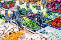 Plantaardige tribune bij een markt Naschmarkt in Wenen, Oostenrijk Stock Foto's